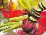 Блюдо из сырых овощей с соусом